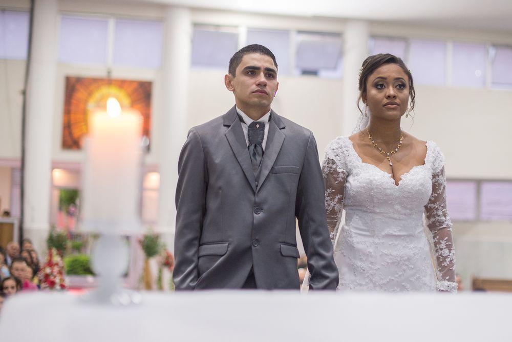 foto do casal no altar durante a cerimonia