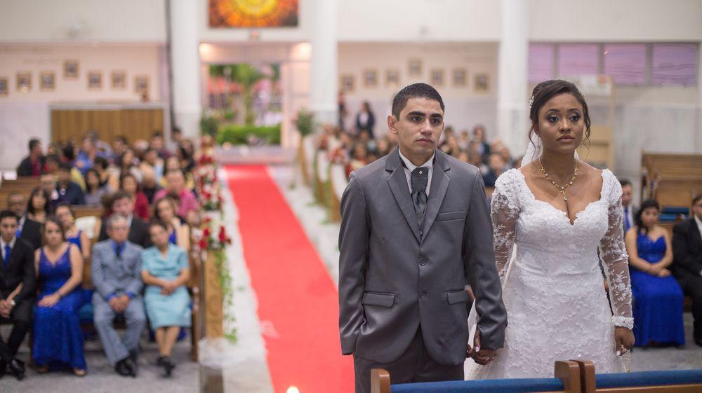 foto do casal em cima do altar com a igreja de fundo