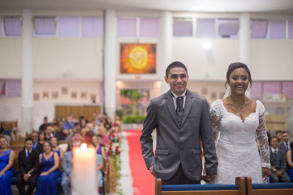 foto do casal sorrindo em cima do altar