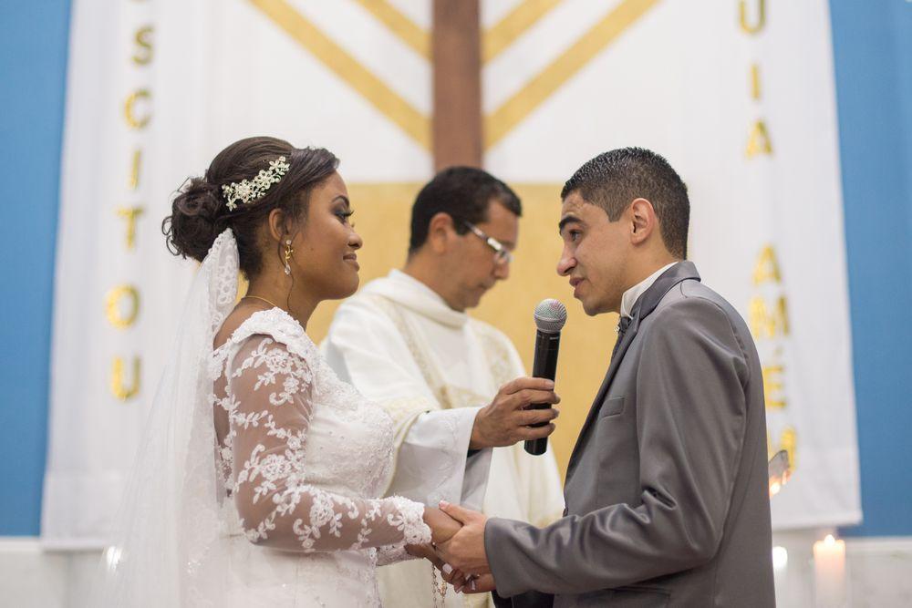 foto de joão falando ao microfone para sabrina