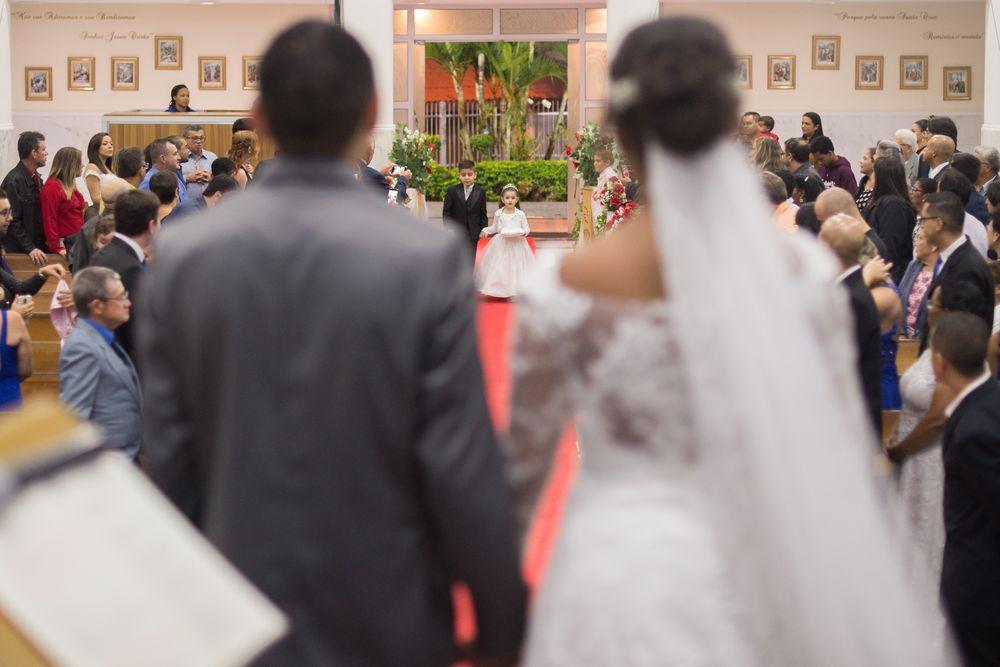 foto das costas do casal mostrando a entrada dos porta alianças entrando