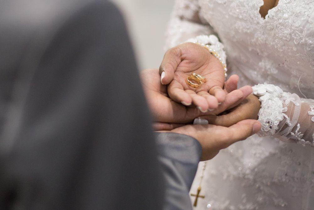 foto da mão do casal segurança alianças