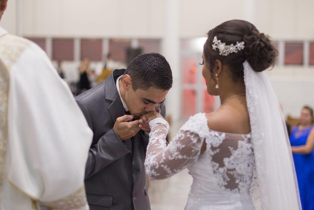 foto do joão beijando a mão de sabrina