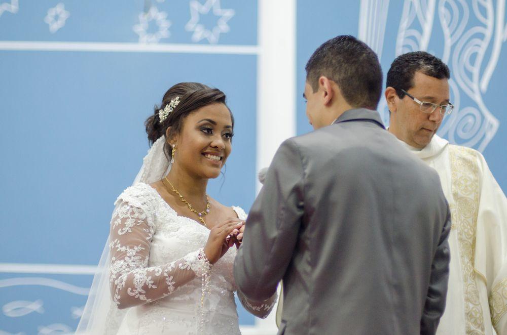 foto de sabrina sorrindo colocando aliança no dedo de joão