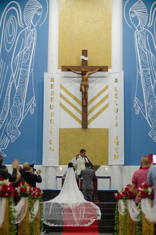 foto no começo do corredor com o casal ajoelhados no altar