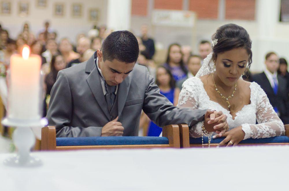 casal no altar ajoelhados de cabeça baixa