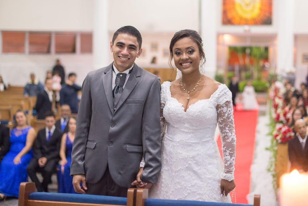 foto do casal olhando para a foto e sorrindo