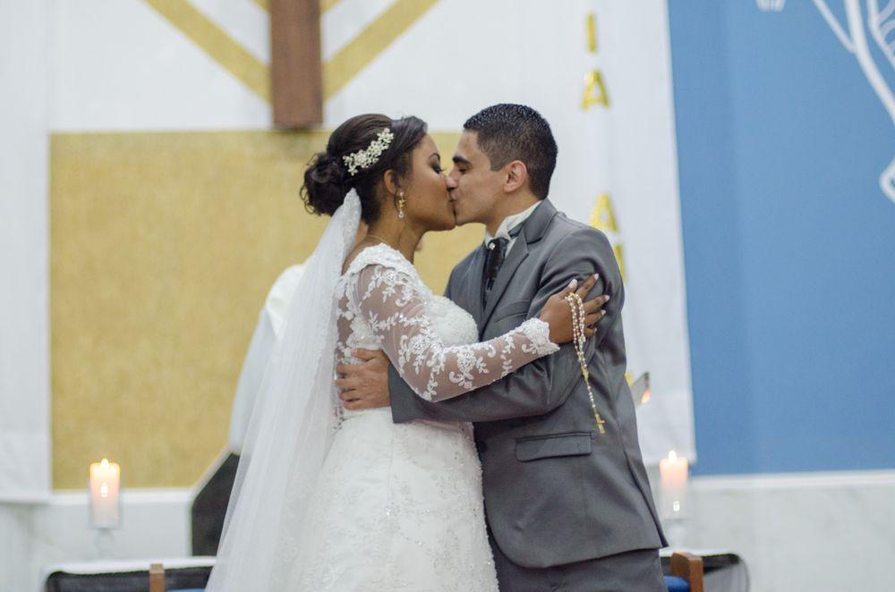foto de joão e sabrina se beijando em cima do altar
