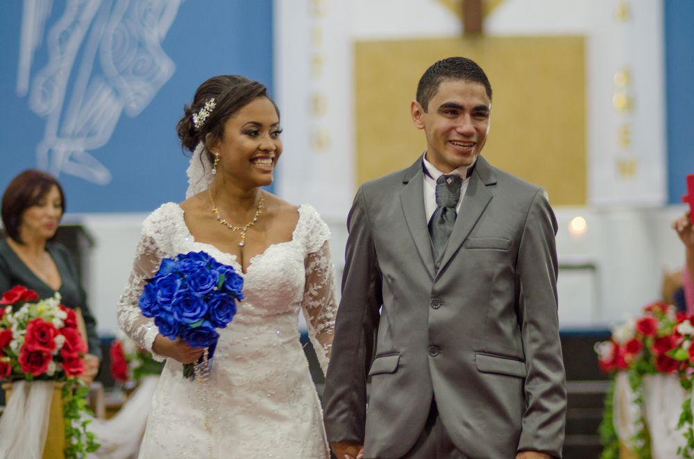 foto do joão e sabrina sorrindo no corredor