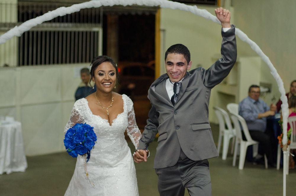 foto do casal chegando na festa