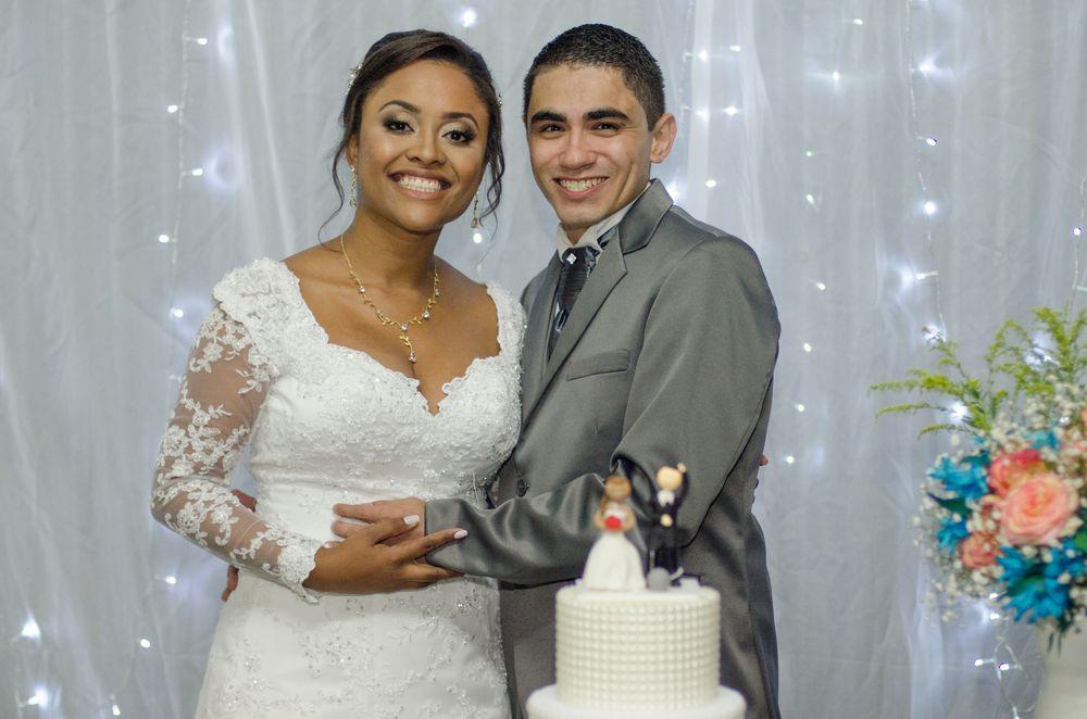 casal posando para fotos na mesa do bolo