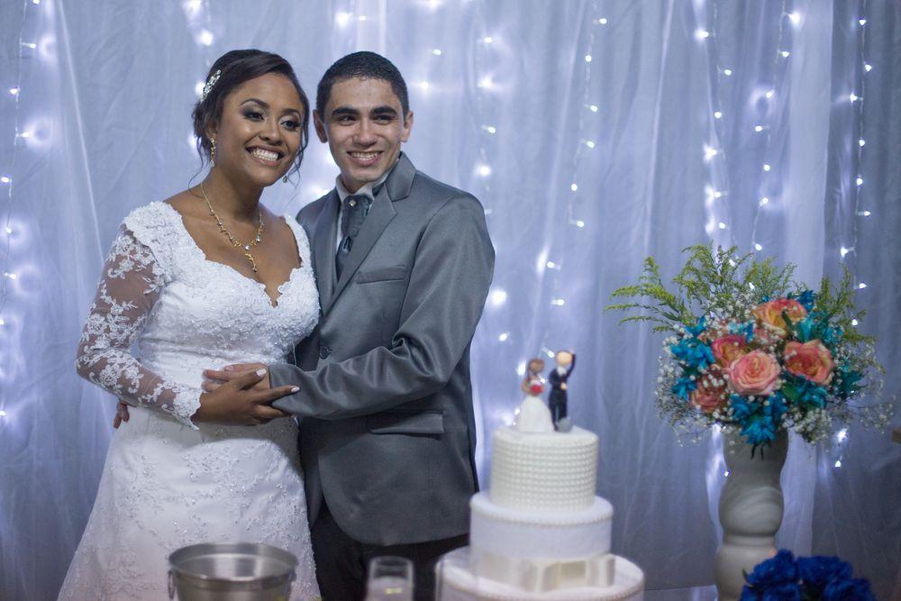 joão e sabrina abraçados na mesa do bolo