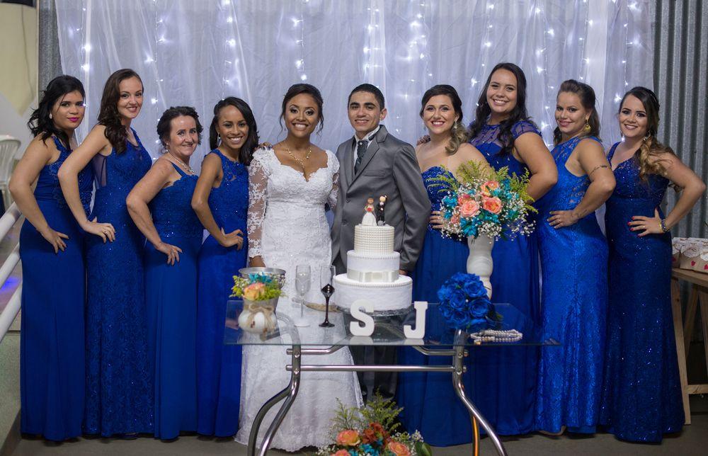foto de joão e sabrina com as madrinhas na mesa do bolo