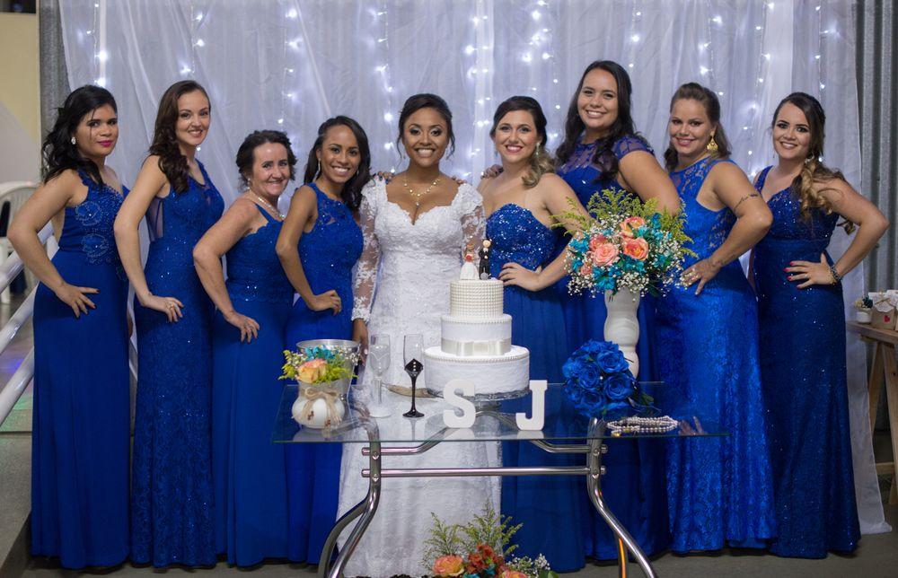 foto da sabrina com todas as madrinhas na mesa do bolo