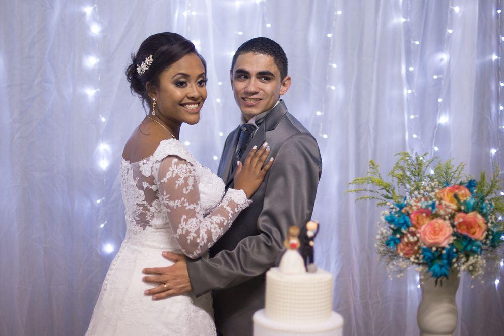sabrina e joão na mesa do bolo se abraçando