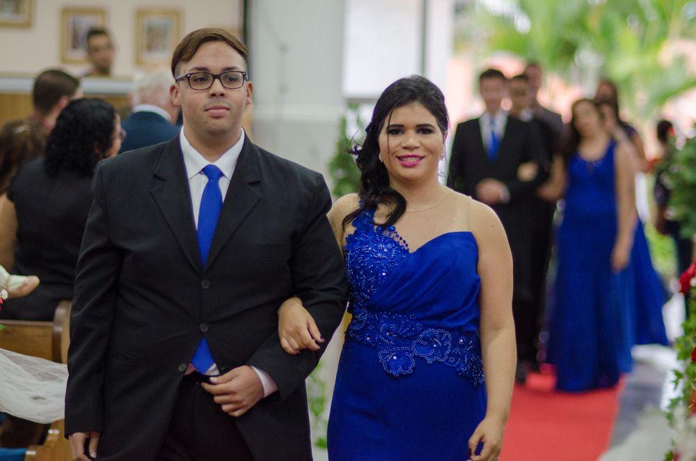 casal de padrinhos caminhando rumo ao altar