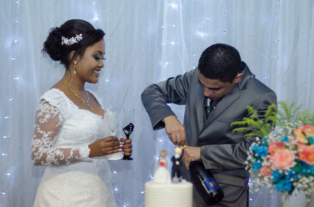 foto da sabrina segurando taças e joão abrindo o champagne