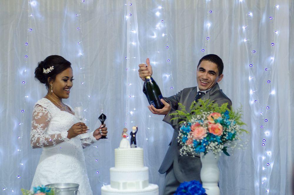 foto de sabrina segurando as taças e joão estourando o champagne