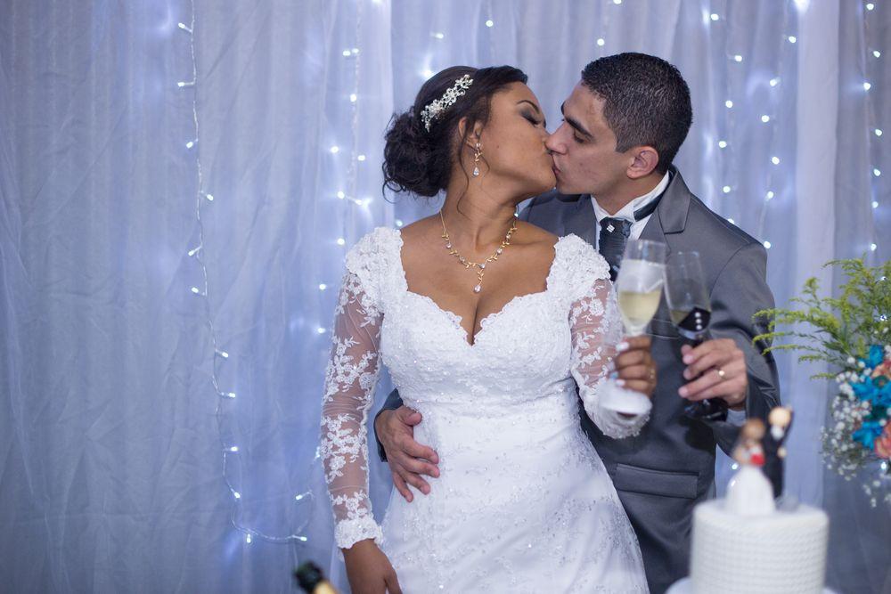 joão e sabrina se beijando e segurando taças