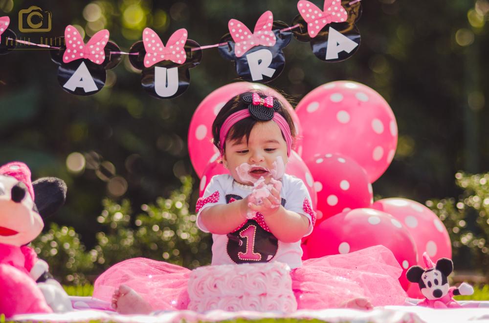fotografia da laura sentada pegando o bolo