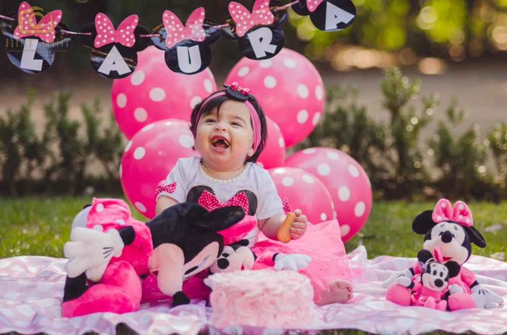 fotografia da laura sentada com o bolo e dando risada