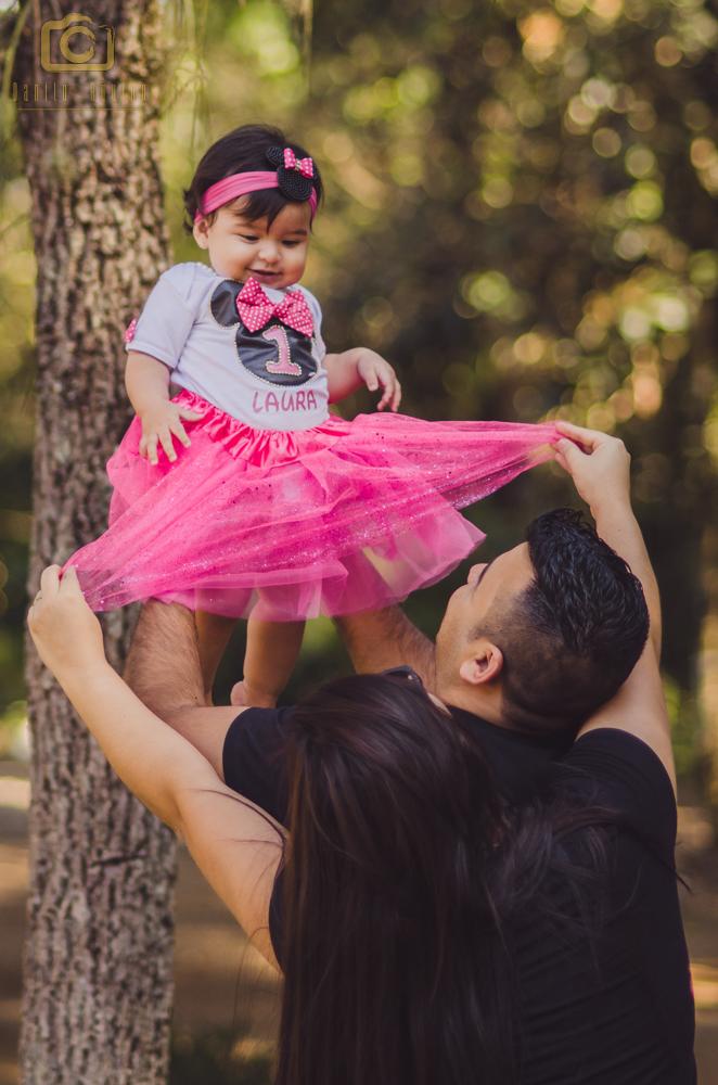 fotografia do pai da laura levantando ela e a mãe tamires segurado a saia