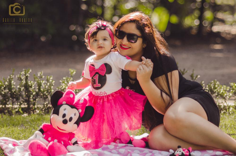 fotografia da laura sentada com a mãe tamires