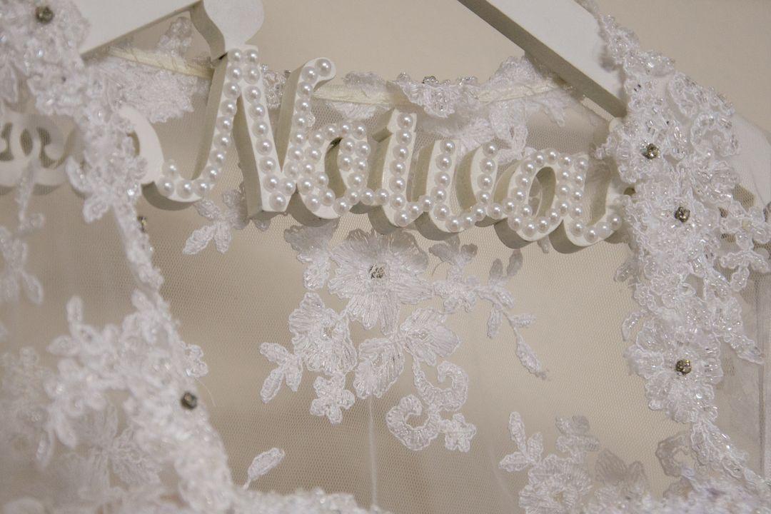 fotografia do cabide do vestido escrito noiva