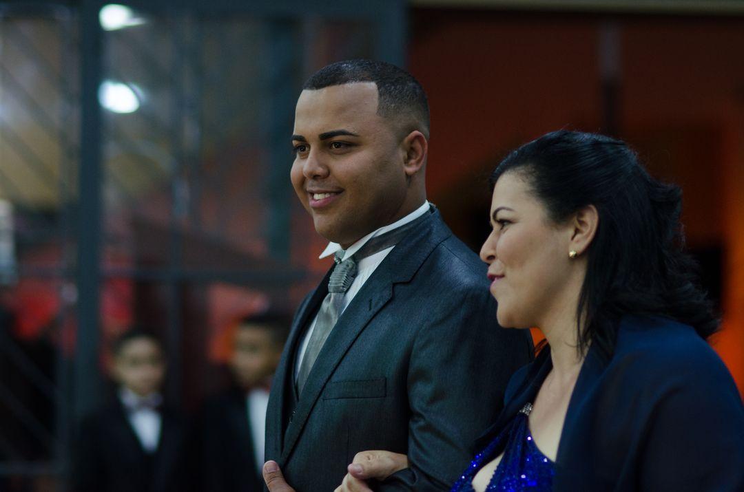 fotografia do noivo com sua mãe próximo ao corredor
