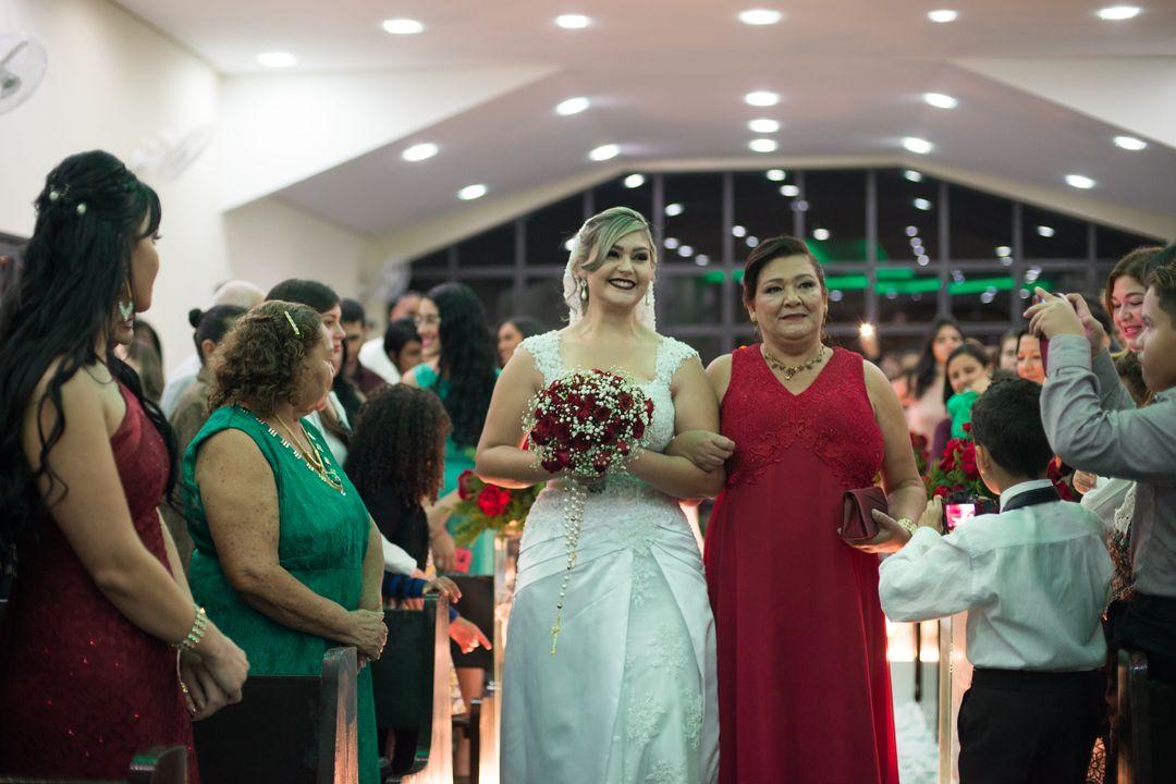 fotografia da noiva com sua mãe no corredor rumo ao altar