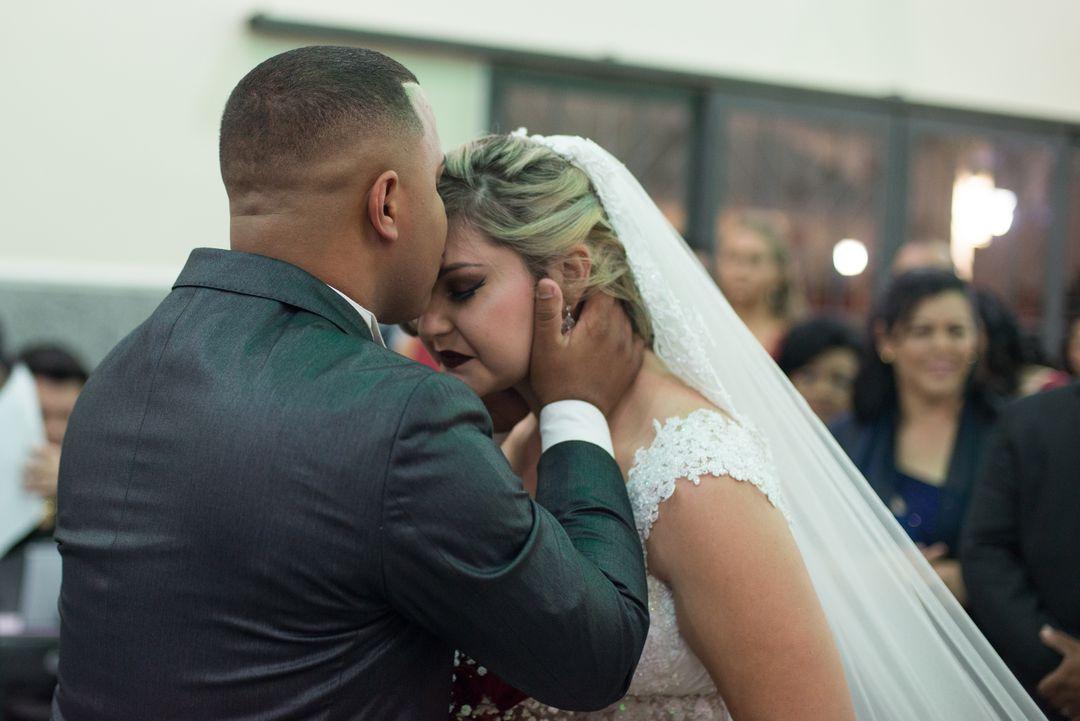 fotografia do noivo cumprimentando a noiva com beijo na testa
