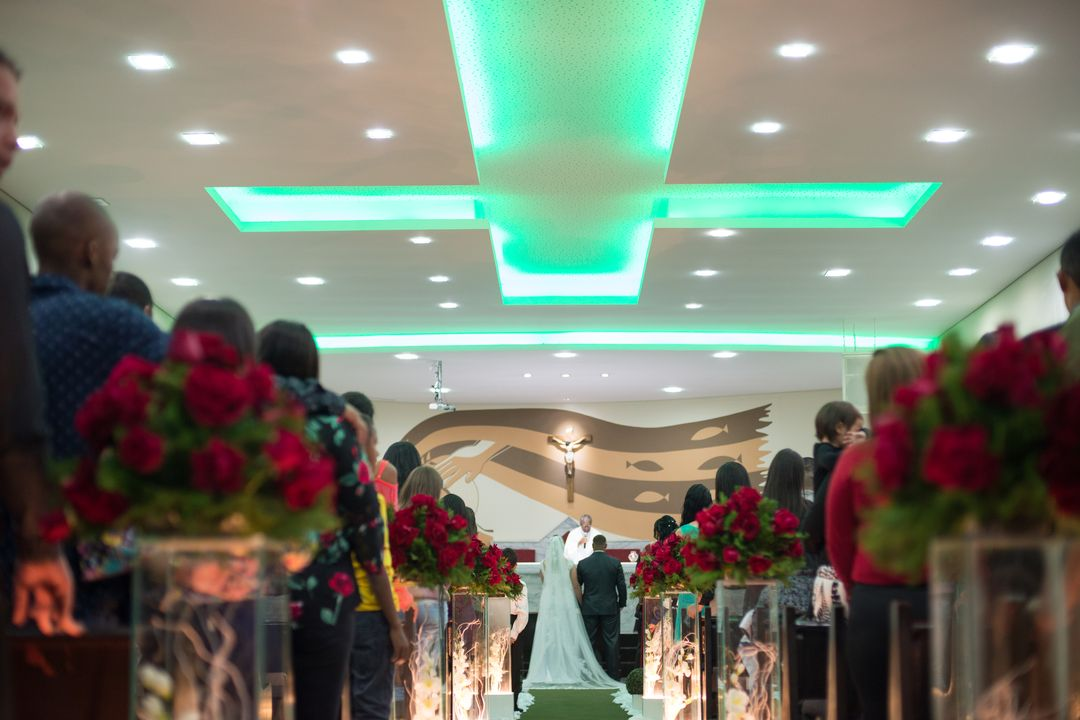 fotografia dos começo do corredor mostrando os noivos em cima do altar