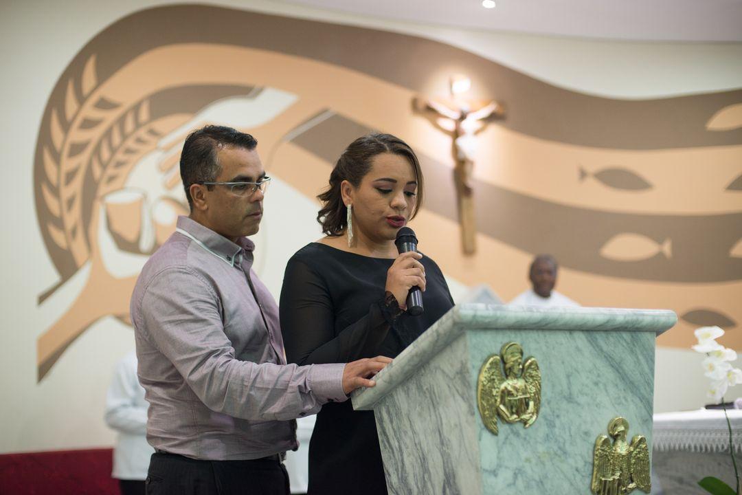 fotografia de casal lendo salmo da bíblia