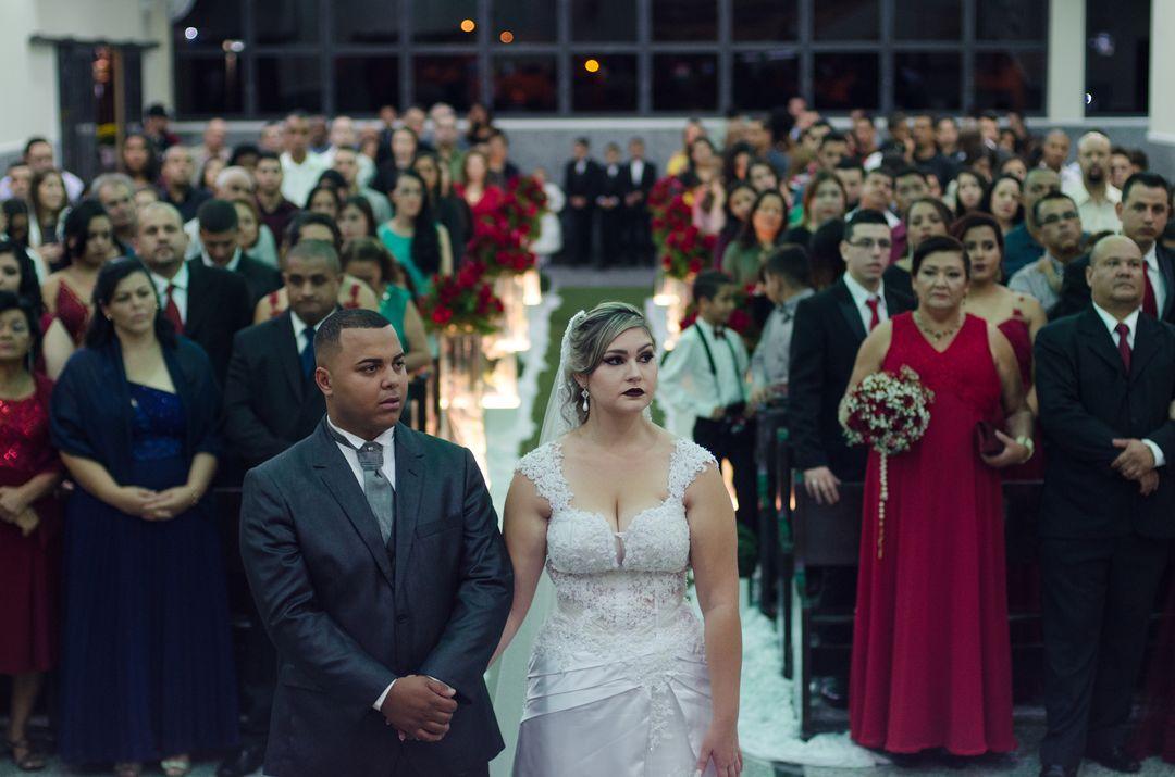 fotografia dos noivos no altar mostrando todos os convidados da igreja no fundo