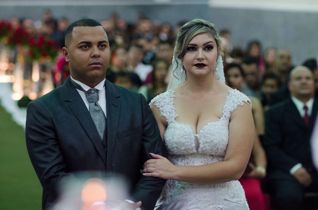 fotografia dos noivos com os braços entrelaçados