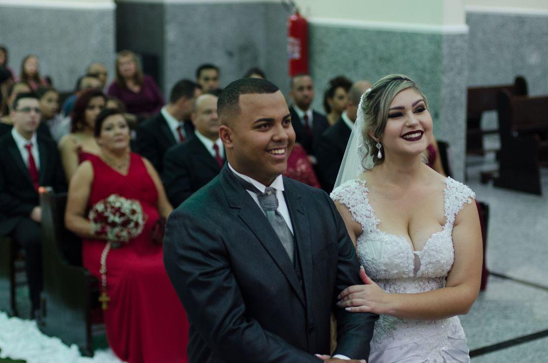 fotografia dos noivos sorrindo para o pacre