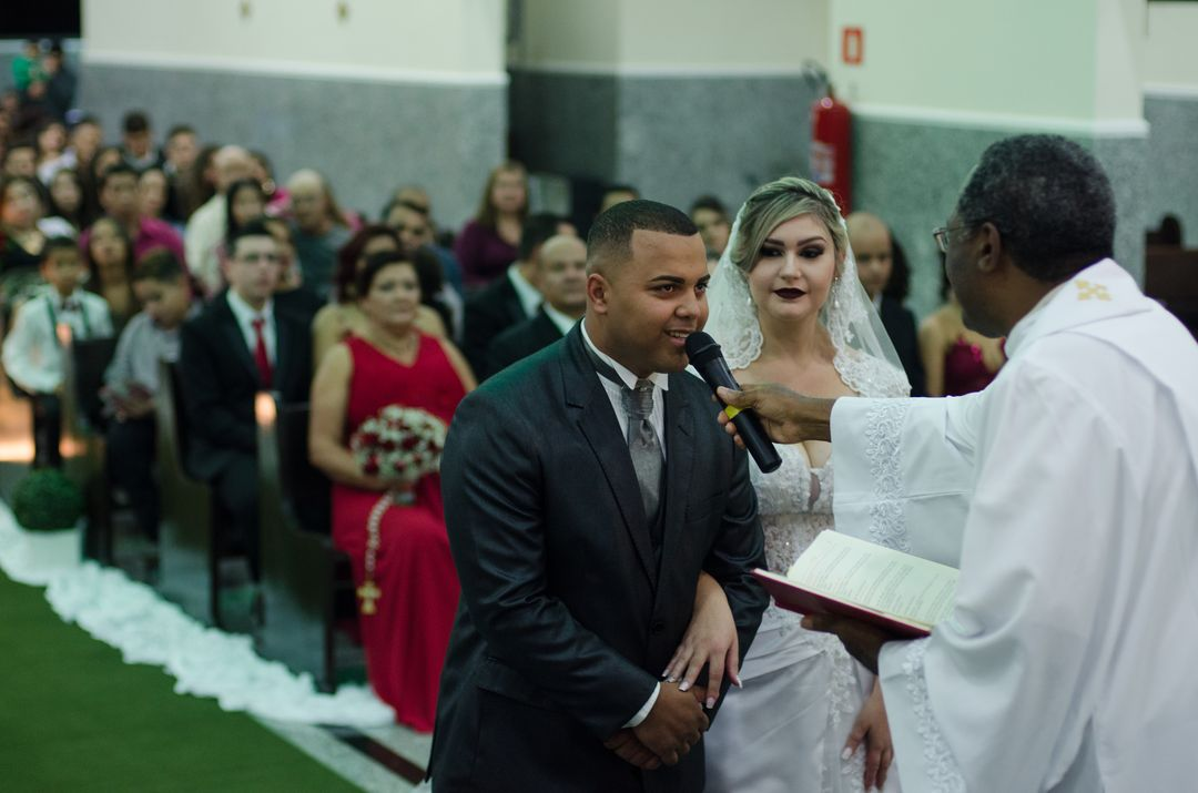 fotografia do noivo falando ao microfone