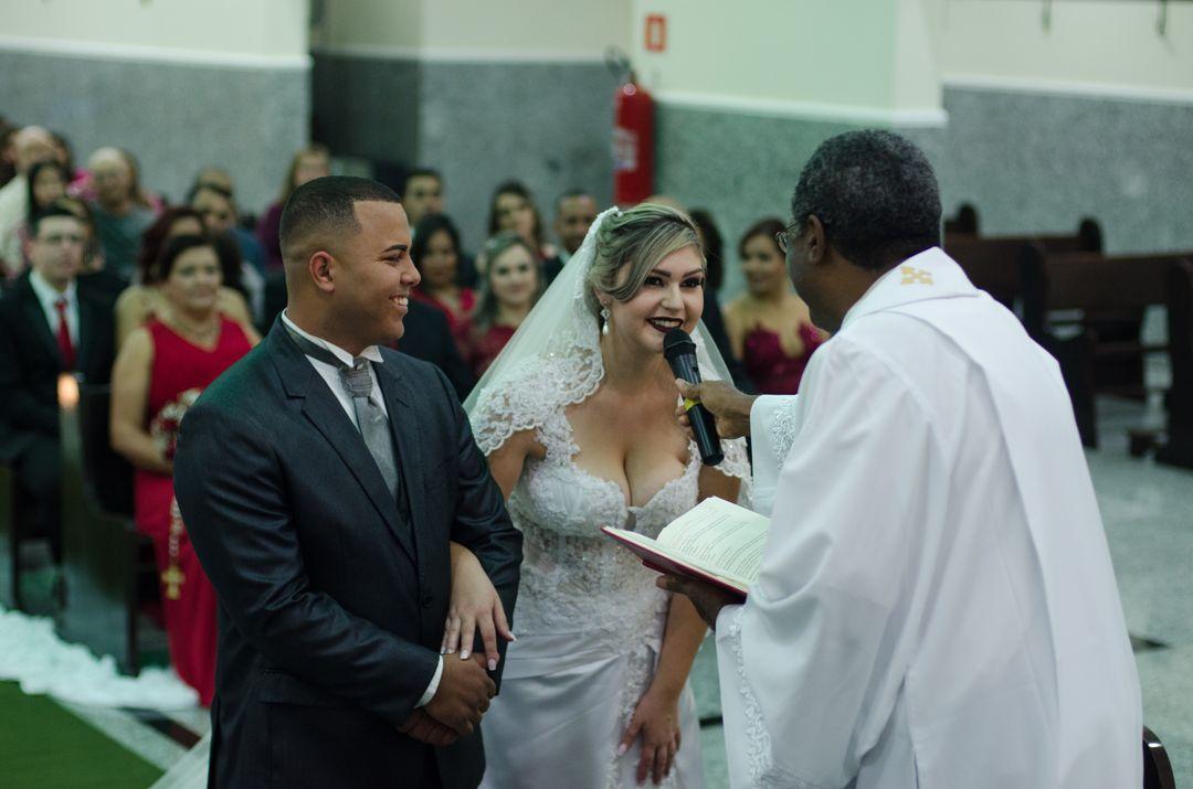 fotografia da noiva falando ao microfone