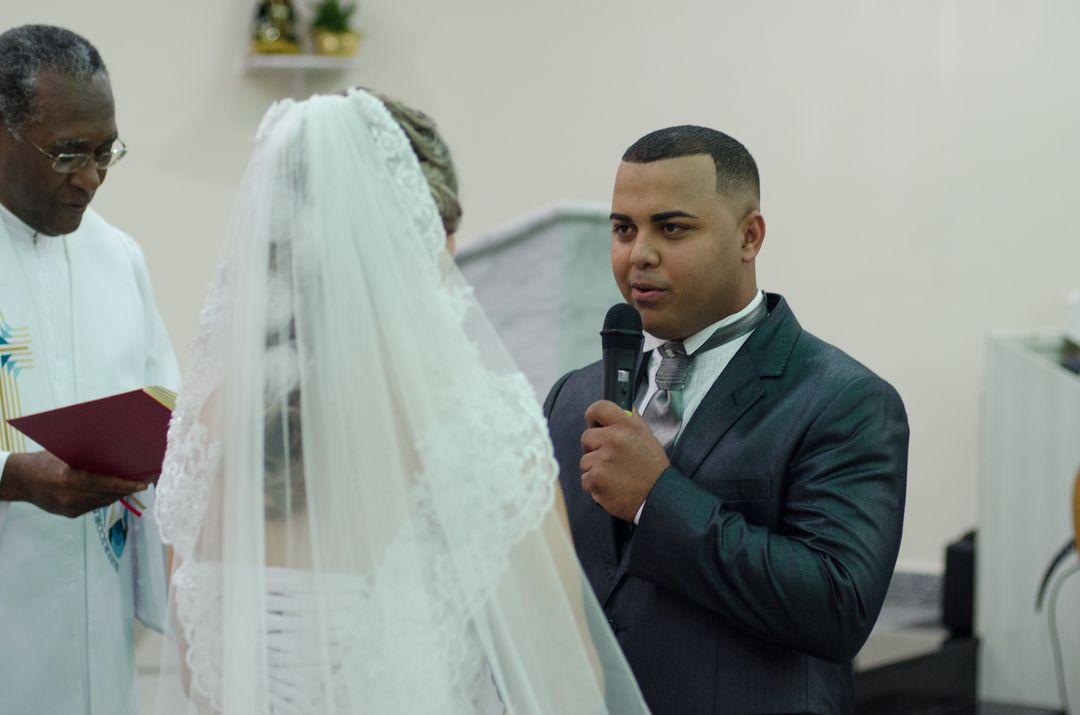 fotografia do noivo falando ao microfone os votos para a noiva