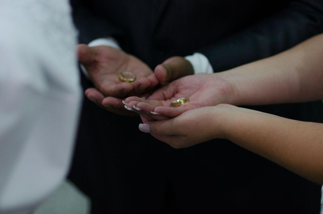 fotografia do casal segurando as alianças