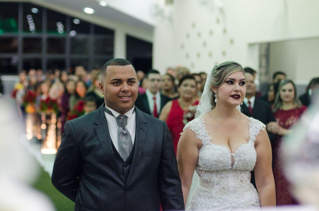 fotografia do casal olhando para o padre