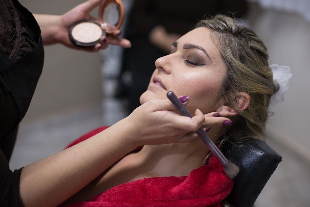 fotografia da noiva sendo maquiada