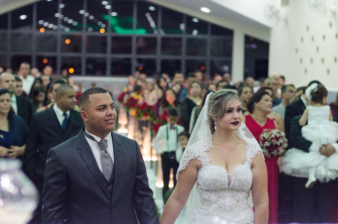fotografia do casal e todos os convidados no fundo
