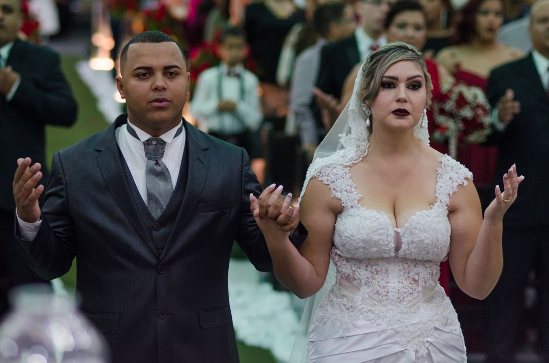 fotografia do casal rezando no altar