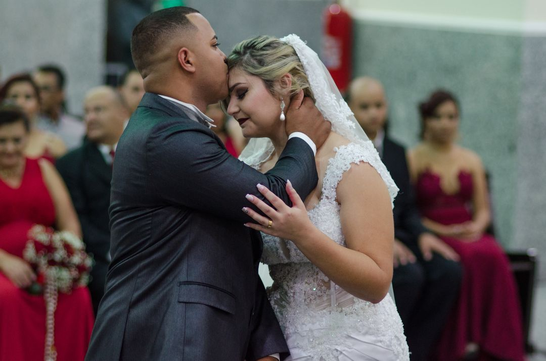 fotografia do noivo beijando a testa da noiva