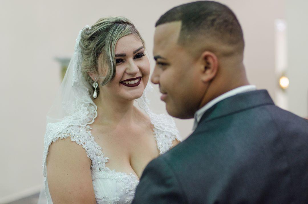 fotografia da noiva olhando para o noivo e sorrindo