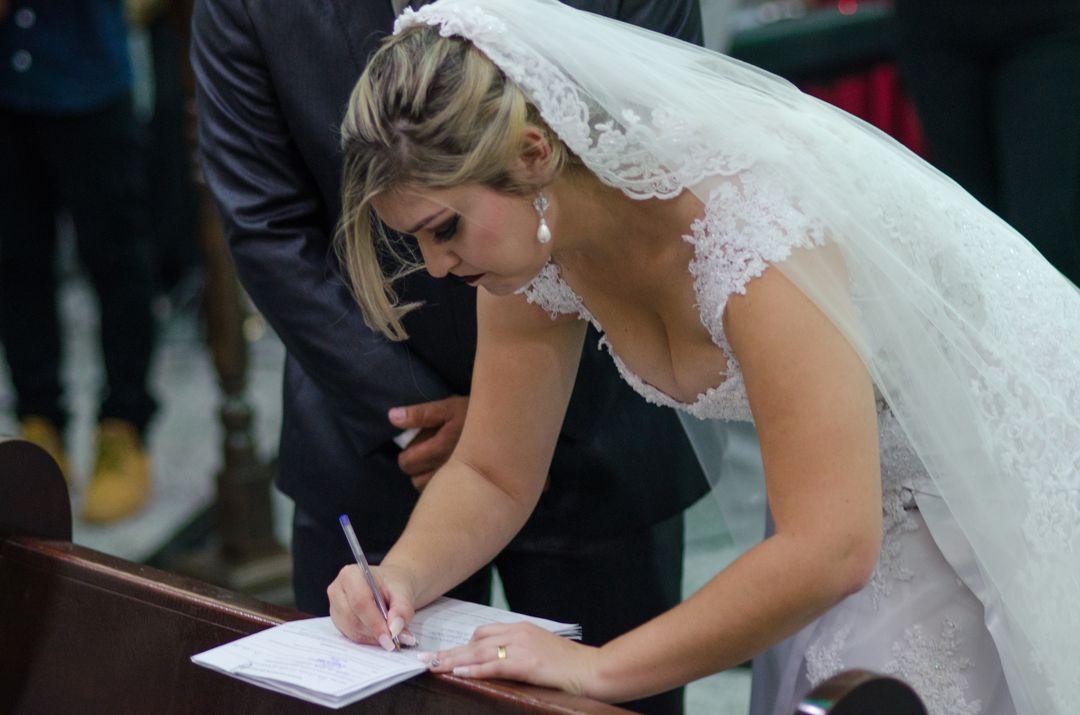fotografia da noiva assinando