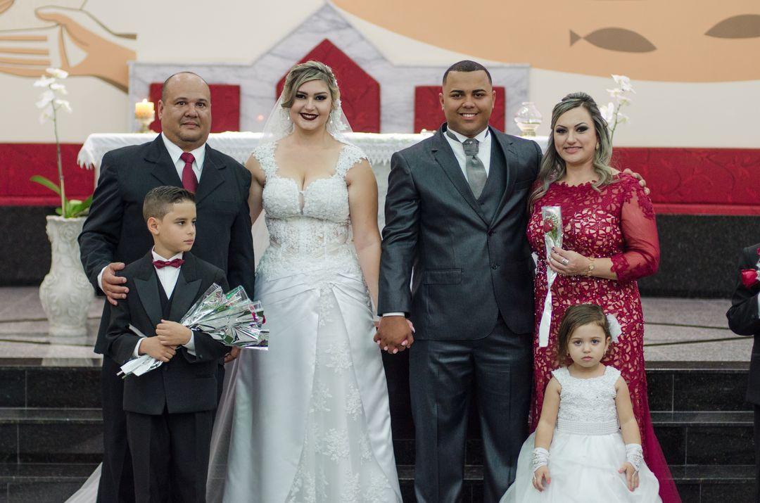 fotografia do casal com padrinhos