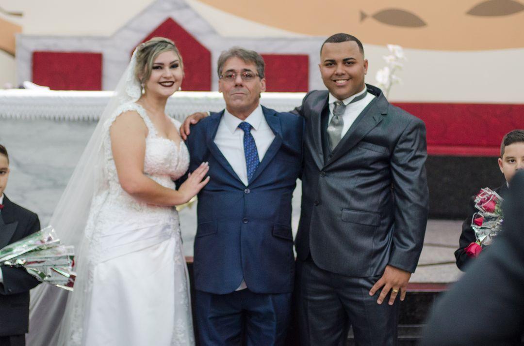 fotografia do casal com o pai da noiva