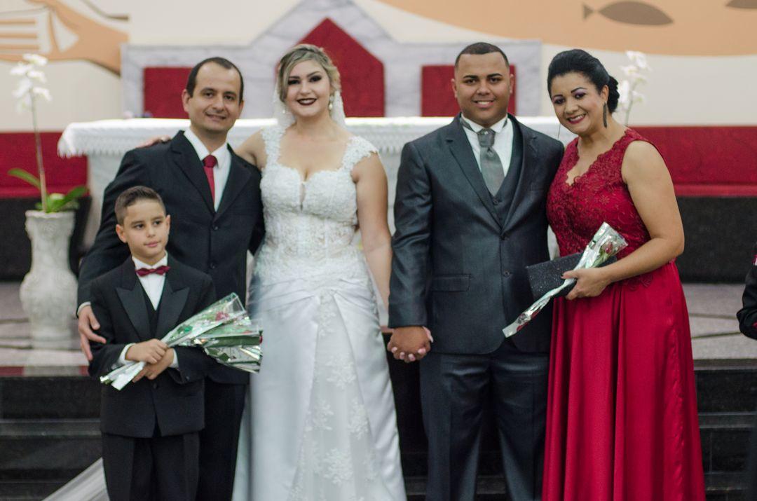 fotografia com o casal e seus padrinhos